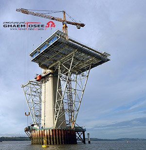 تاور کرین لیبهر در حال کار روی پل QUEENSFERRY اسکاتلند